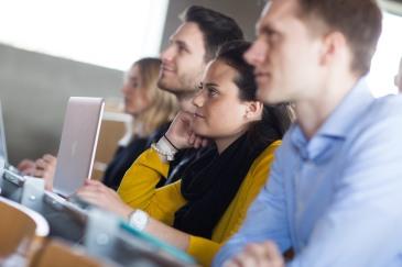 Interessierte Studierende während eines Praxisvortrags an der WFI